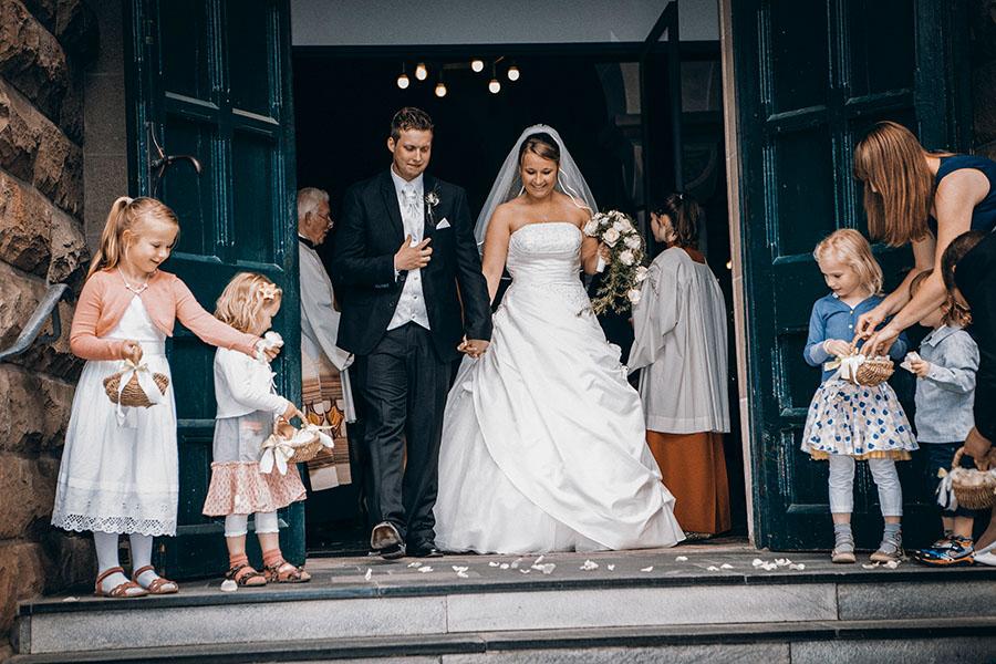 Auszug aus der Kirche nach der Trauung